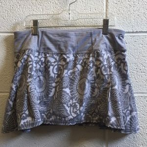Lululemon gray & white floral skirt sz 6 58762